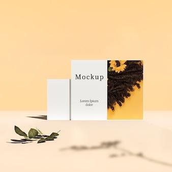 Vista frontal do cartão com folhas e sombra
