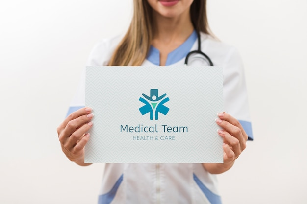 Vista frontal do cartão de maquete da equipe médica