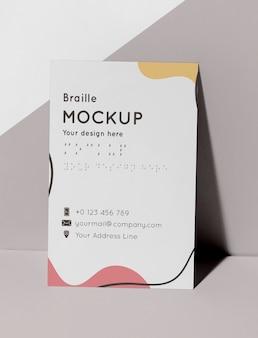 Vista frontal do cartão de visita com braille em relevo