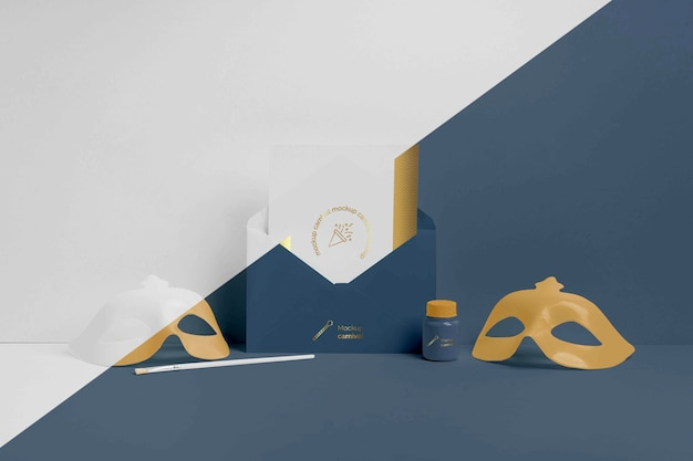 Vista frontal do convite minimalista de carnaval em envelope com máscaras