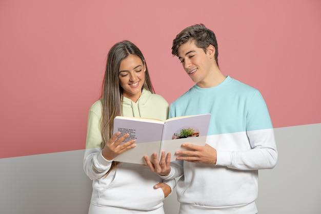 Vista frontal do homem e mulher segurando o livro
