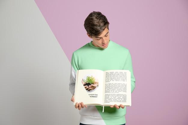 Vista frontal do homem segurando o livro
