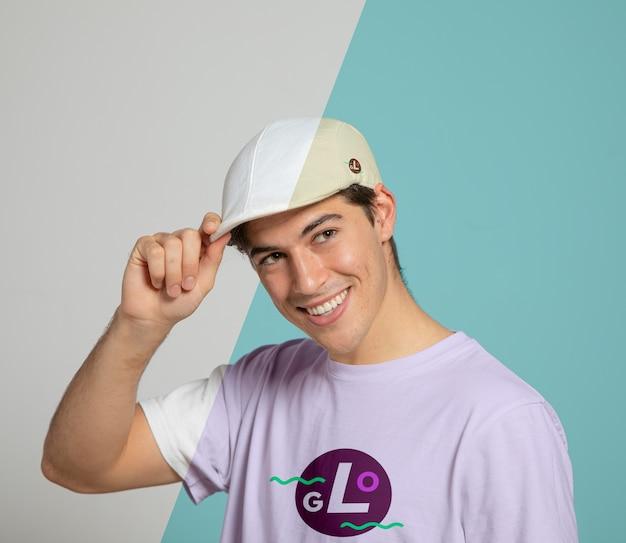 Vista frontal do homem sorrindo enquanto usava boné