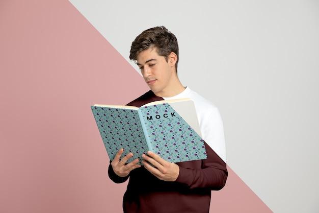 Vista frontal do livro de leitura do homem