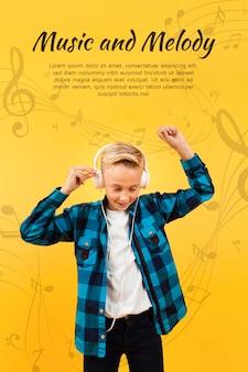 Vista frontal do menino dançando enquanto ouve música em fones de ouvido