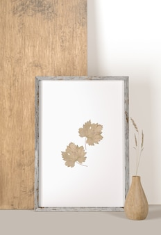 Vista frontal do quadro com folhas e vaso com flor