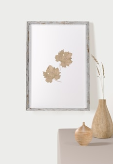 Vista frontal do quadro com folhas na parede e vasos
