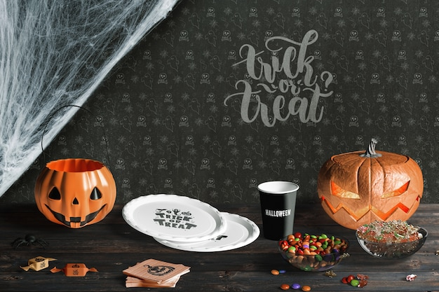 Vista frontal dos elementos do dia das bruxas na mesa de madeira