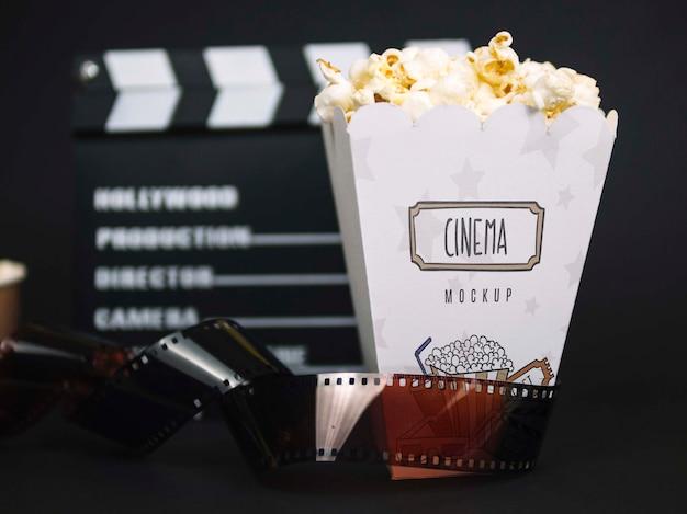 Vista frontal dos óculos de cinema com pipoca e filme