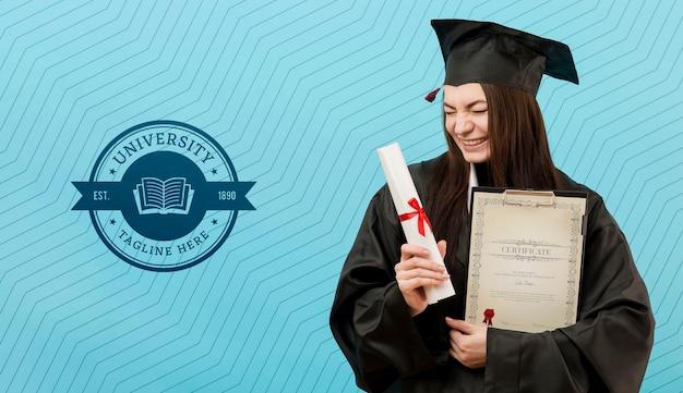 Vista frontal, jovem estudante, detentor de diploma