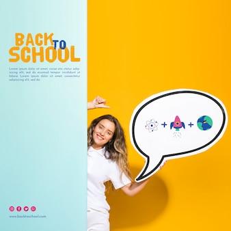 Vista frontal sorridente garota adolescente segurando balão de fala