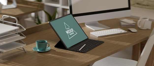 Vista lateral da mesa de escritório com maquete de tablet digital, acessórios e material de escritório na mesa de madeira