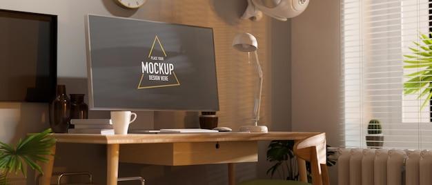 Vista lateral do espaço de trabalho em casa com a mesa do computador ao lado da janela