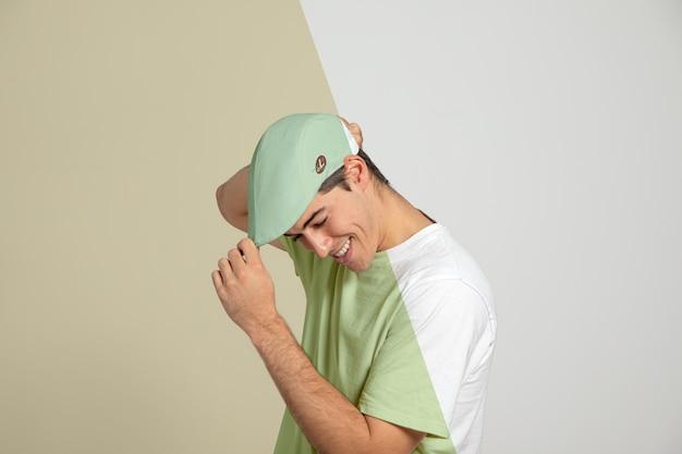 Vista lateral do homem tocando seu boné