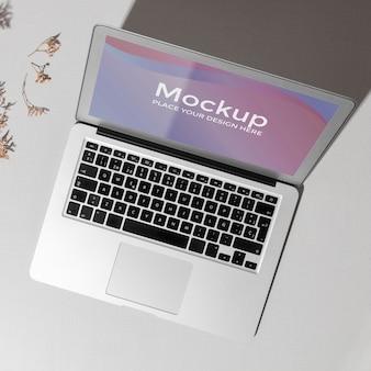 Vista superior aberta do laptop com maquete de tela com sombras