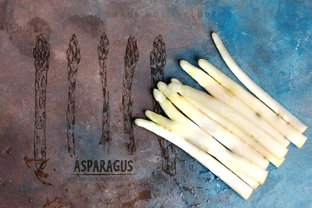 Vista superior acima de lanças de aspargos brancos orgânicos crus recém-colhidos prontos para cozinhar alimentos saudáveis de dieta vegetariana em uma superfície de pedra escura.