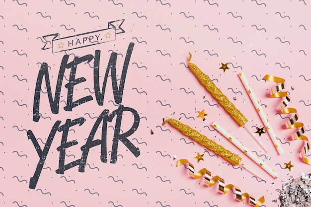 Vista superior ano novo letras com ornamentos festivos