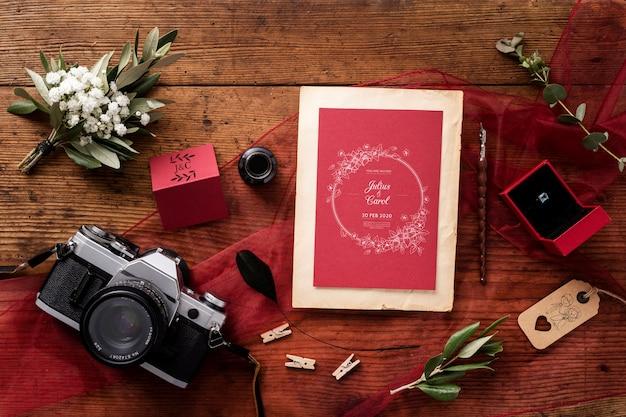 Vista superior bela composição de elementos de casamento com maquete de cartão