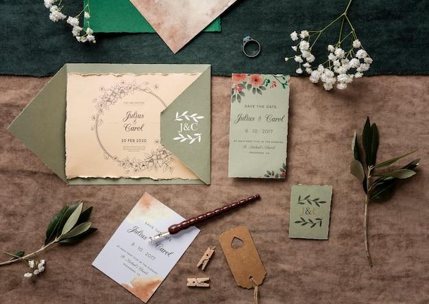Vista superior bela variedade de elementos de casamento com maquete de convite
