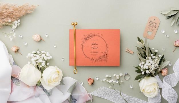 Vista superior composição de elementos de casamento com maquete de cartão