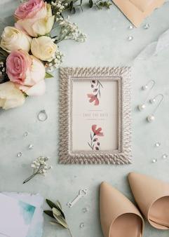 Vista superior composição de elementos do casamento com maquete do quadro