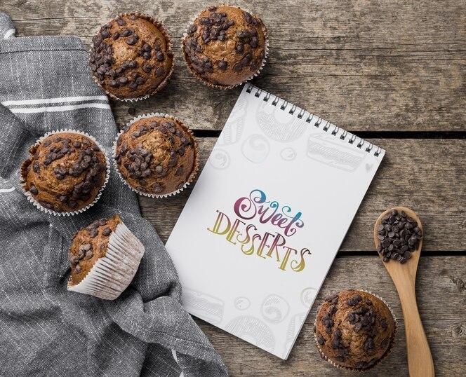Vista superior conceito de muffins de chocolate