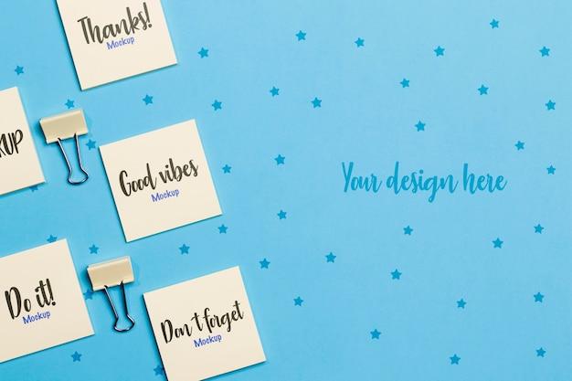Vista superior conjunto de notas autoadesivas e clipes de papel com maquete