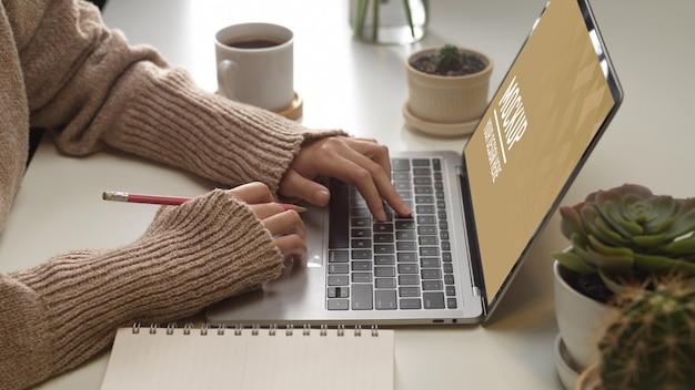 Vista superior da área de trabalho com maquete de laptop