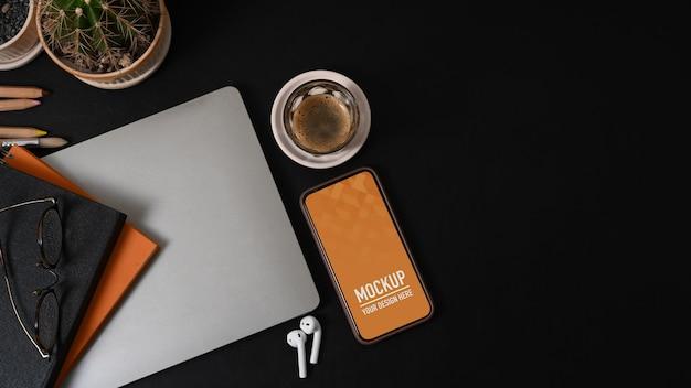 Vista superior da área de trabalho com maquete de smartphone