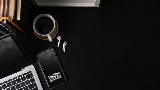 Vista superior da área de trabalho com maquete de telefone