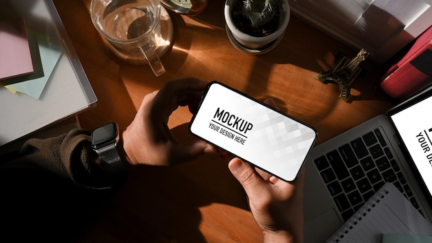 Vista superior da área de trabalho com tablet digital e maquete de smartphone