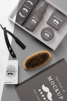 Vista superior da caixa de produtos de barbearia com escova e lâmina de barbear