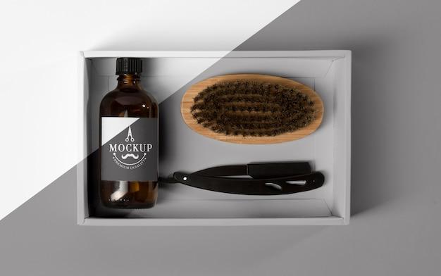Vista superior da caixa de produtos de barbearia com lâmina e pente