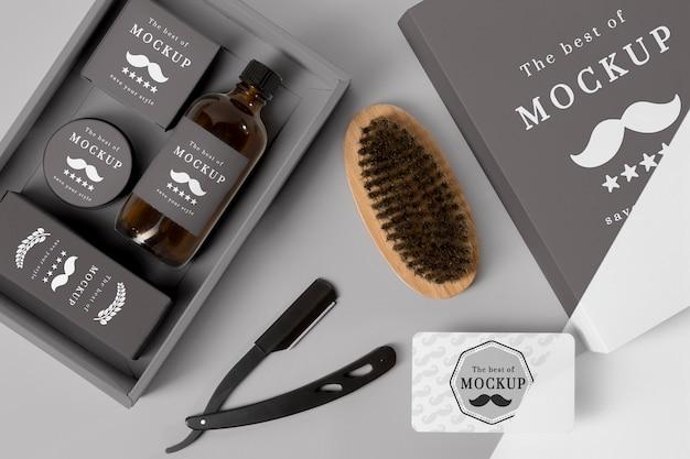 Vista superior da caixa de produtos de barbearia com shampoo e escova