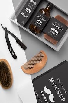 Vista superior da caixa de produtos de barbearia com shampoo e pente