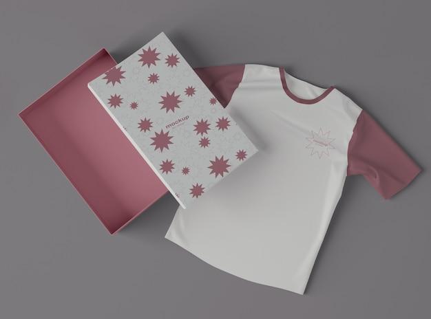 Vista superior da camiseta com maquete de caixa