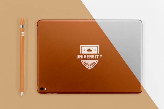 Vista superior da caneta de volta às aulas com tablet