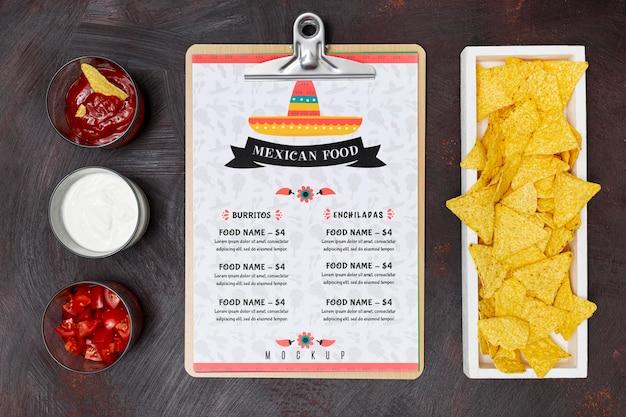 Vista superior da comida de restaurante mexicano com nachos e variedade de molhos