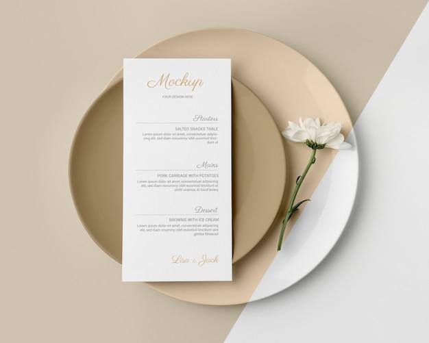 Vista superior da disposição da mesa com modelo de menu de primavera e pratos