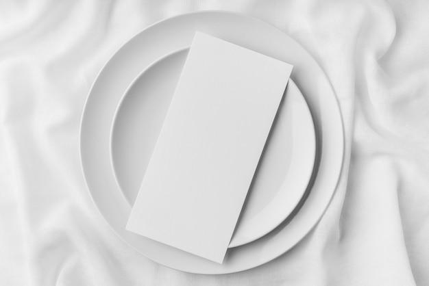 Vista superior da disposição da mesa com pratos e maquete do menu da primavera
