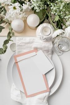 Vista superior da disposição da mesa com velas e maquete do menu de primavera
