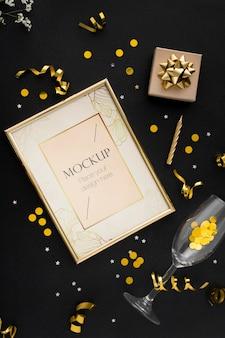 Vista superior da elegante moldura de aniversário com fita dourada e confetes