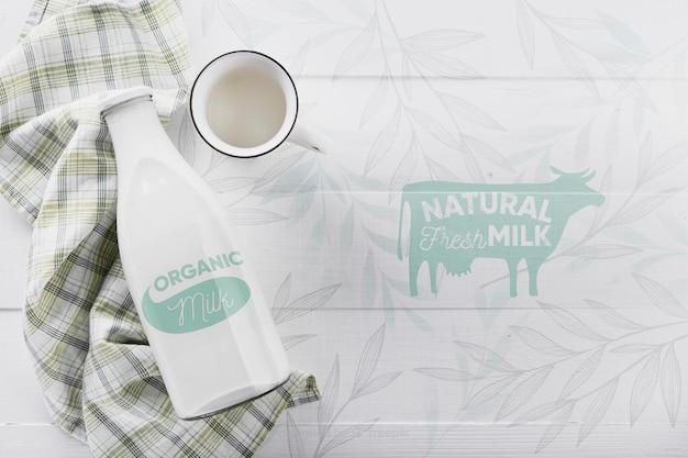 Vista superior da garrafa de leite com maquete
