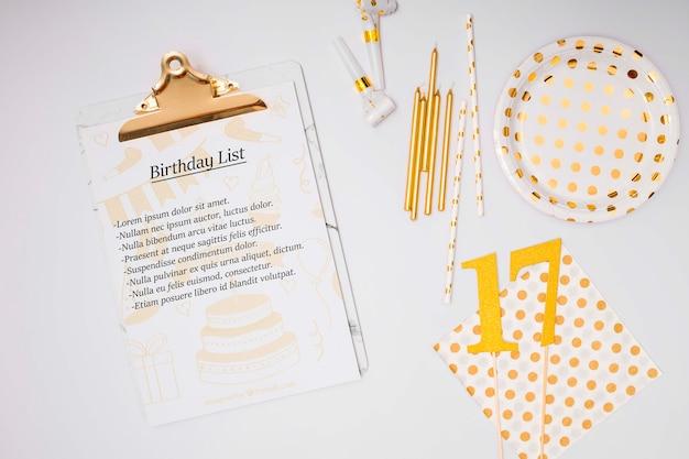 Vista superior da lista de maquetes de feliz aniversário