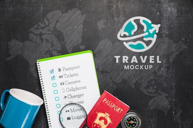 Vista superior da lista de verificação com caneca e itens essenciais para viagens