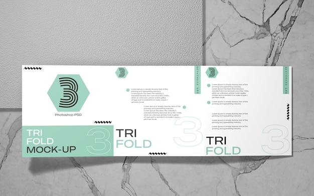 Vista superior da maquete de brochura quadrada dobrável em três partes