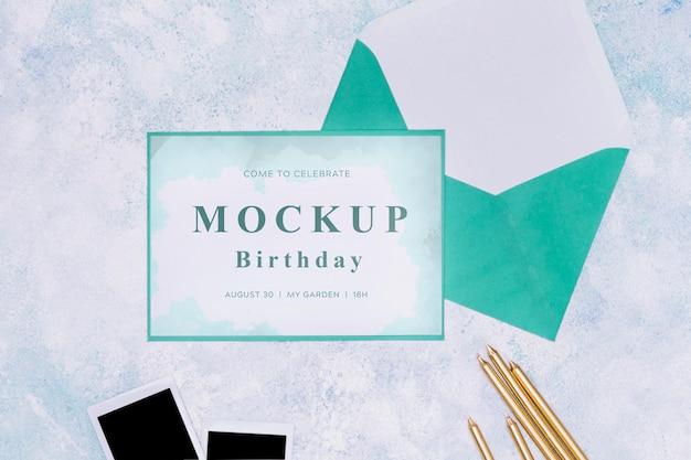 Vista superior da maquete de cartão de aniversário com envelope