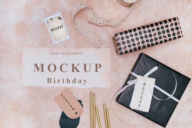 Vista superior da maquete de cartão de aniversário com presente