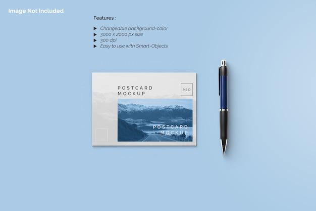 Vista superior da maquete de cartão postal com caneta