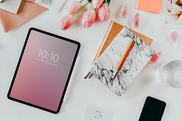Vista superior da maquete de dispositivos digitais na mesa de trabalho